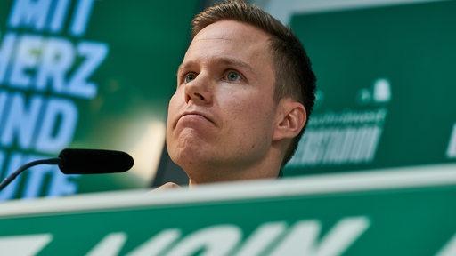 Niklas Moisander in Nahaufnahme auf dem Podium bei einer Pressekonferenz.