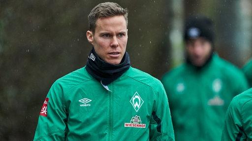 Niklas Moisander im Regen auf dem Weg zum Trainingsplatz.