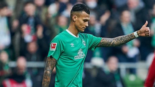 Davie Selke zeigt seinen Mitspielern gegen Union Berlin den Daumen hoch.