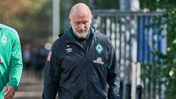 Uwe Schellhammer, Physiotherapeut Bundesliga SV Werder Bremen, kommt vom Trainingsplatz