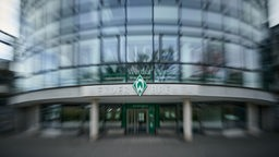 Herangezoomter, unscharfer Blick auf die Werder-Raute über der Geschäftsstelle des Weser-Stadions.