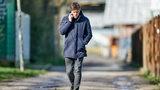 Clemens Fritz schlendert telefonierend einen Weg vor dem Weser-Stadion hoch