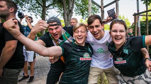Werder-Fans feiern vor dem Weser-Stadion ausgelassen Werders Rettung in die Relegation.