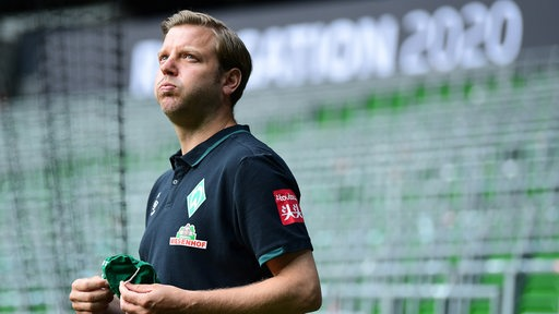 Florian Kohfeldt blickt skeptisch in die Ferne.