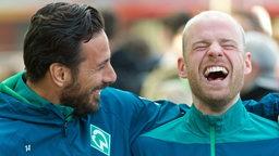 Claudio Pizarro und Davy Klaassen lachen.