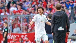 Veljkovic versucht Kohfeldt am Spielfeldrand seinen Platzverweis zu erklären.