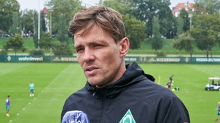 Clemens Fritz beim Interview am Rande des Trainings.