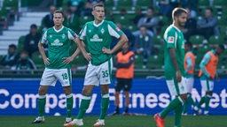 Maximilian Eggestein und Niklas Moisander schauen konsterniert nach einem Gegentreffer.