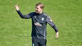 Florian Kohfeldt gestikuliert während des Trainings.
