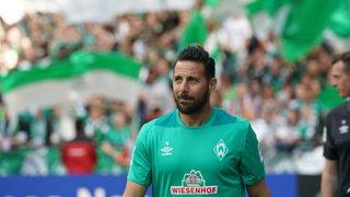 Claudio Pizarro läuft am letzten Spieltag der Saison durch das Weserstadion.