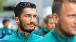 Nuir Sahin mit Philipp Bargfrede im Vordergrund auf dem Weg zum Platz