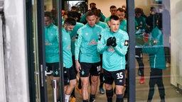 Maximilian Eggestein gefolgt von den anderen Werder-Spielern beim Herauslaufen aus dem Spielertunnel.