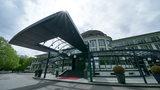 Blick auf den Eingangsbereich des Bremer Parkhotels im Sonnenschein.