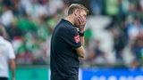 Florian Kohfeldt hält sich an der Seitenlinie frustriert die Hand vor die Augen.