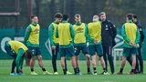 Trainer Florian Kohfeldt umringt von einer kleinen Trainingsgruppe während der Länderspielpause.