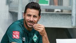 Claudio Pizarro schaut und streichelt seinen Bart.