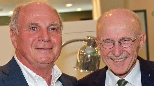 Uli Hoeneß und Willi Lemke stehen lachend nebeneinander.