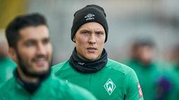 Ludwig Augustinsson läuft zum Trainingsplatz und schaut in die Kamera.