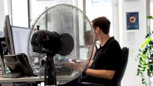 In einem Büro steht ein Ventilator