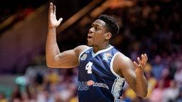 Eisbär-Basketballer Armani Moore reckt wütend die Arme empor.
