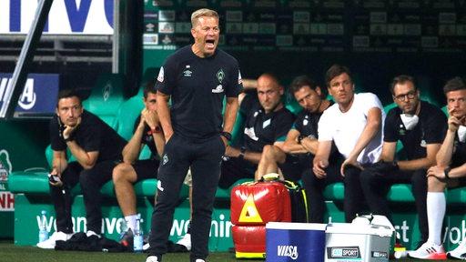Werder-Trainer Markus Anfang brüllt über den Platz.