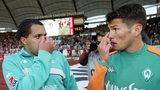 Ailton und Nelson Haedo Valdez schauen im Jahr 2004 nach einem Spiel in Stuttgart etwas bedröppelt.