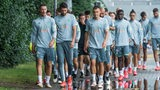Das Werder-Team läuft zum Trainingsplatz.