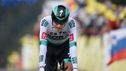 Lennard Kämna während eines Radrennens aus der Vorderansicht.