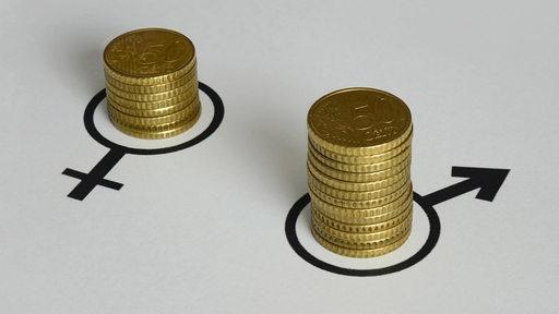 Verschieden hohe Geldstapel in den Symbolen für männlich und weiblich