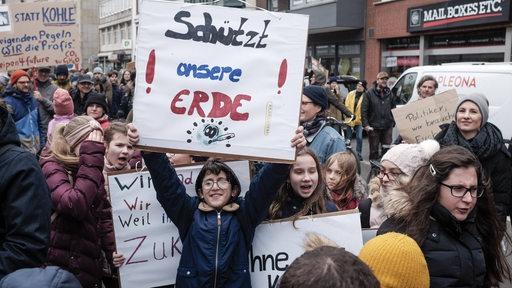 Kinder halten Schilder hoch