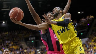Will Cummings (rechts, EWE Baskets Oldenburg) und Charles Jackson (links, Telekom Baskets Bonn) kämpfen um den Ball