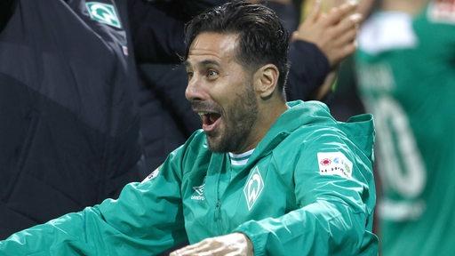 Claudio Pizarro freut sich.