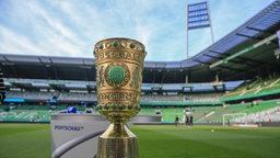 Der DFB-Pokal steht im Weser-Stadion