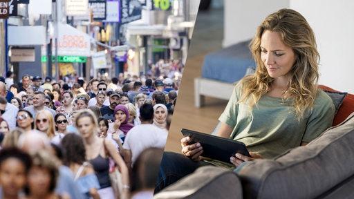 Ein Bild einer vollen Innenstadt mit vielen Menschen steht einem Foto einer Frau gegenüber, die mit einem Laptop gemütlich auf dem Sofa sitzt. (Montage)
