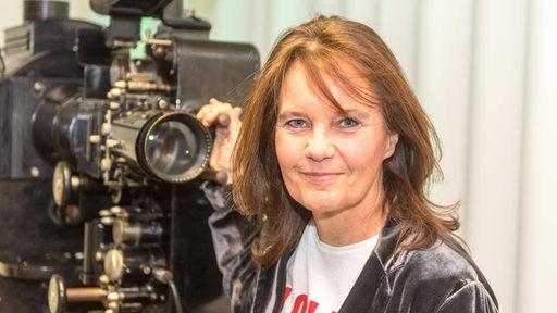 Caroline Link neben einem historischen Filmprojektor.
