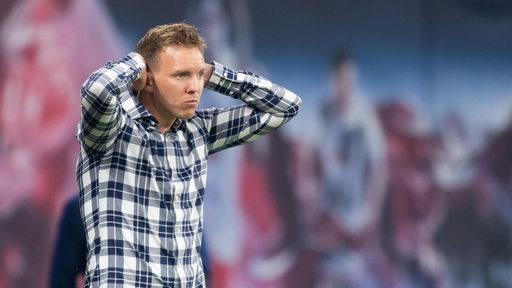 Leipzig-Trainer Julian Nagelsmann schaut nachdenklich und hält sich den Kopf.