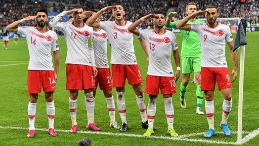 Spieler der türkischen Nationalmannschaft zeigen nach einem Tor den militärischen Salut.