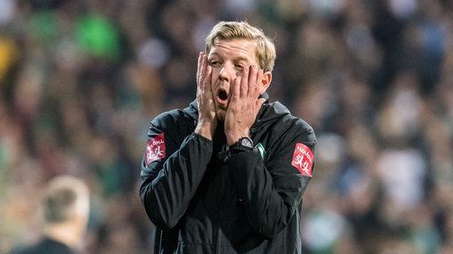 Florian Kohfeldt hält sich die Hände vor das Gesicht.