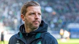 Florian Kohfeldt schaut ernst zur Seite nach dem Spiel gegen Gladbach.