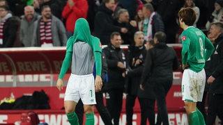 Milot Rashica zieht sich nach der Niederlage frustriert das Trikot über den Kopf.