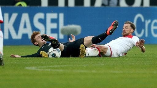 Josh Sargent liegt am Boden und kämpft mit Düsseldorfs Oliver Fink um den Ball.