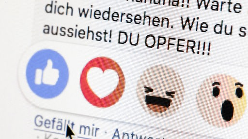 Gestellte Aufnahme zum Thema Mobbing in sozialen Netzwerken. Neben dem Gefällt mir Button von Facebook sind die Worte Du Opfer zu sehen.