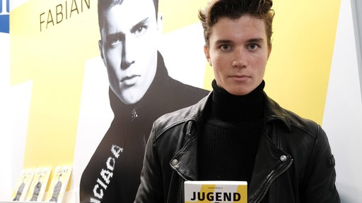 Der 16-jährige Autor Fabian Sasse präsentiert sein Buch