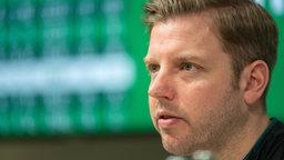 Florian Kohfeldt schaut ernst auf der Pressekonferenz von Werder.