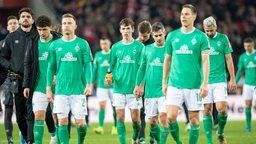 Werder-Spieler schleichen vom Platz im Weser-Stadion.