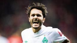 Leonaordo Bittencourt trägt das Werder-Trikot und jubelt.