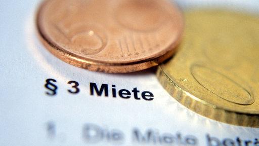 Geld liegt auf einem Mietvertrag