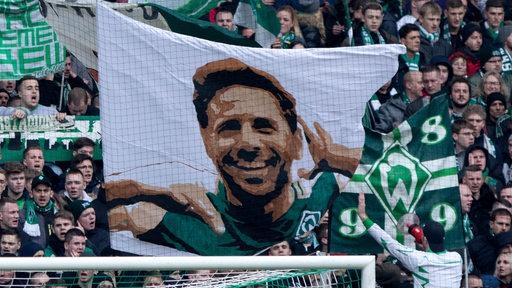 In der Fankurve wird ein großes Pizarro-Banner gezeigt.