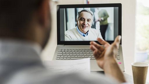 Geschäftsleute während einer Videokonferenz (Symbolbild)