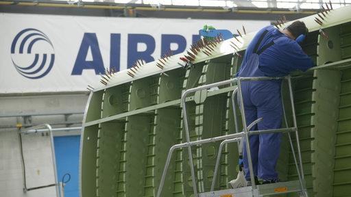Ein Mann arbeitet im Bremer Airbus Werk.